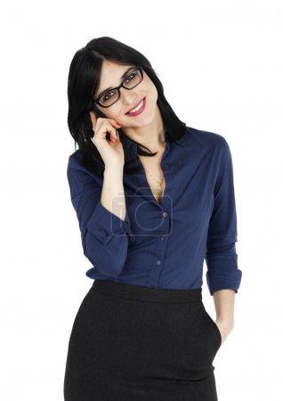 Photo pour Une femme caucasienne aux cheveux noirs adulte, portant une chemise boutonnée bleue et une jupe gris foncé. en regardant la caméra avec un grand sourire de dents pendant qu'il était au téléphone. Isolé sur fond blanc . - image libre de droit