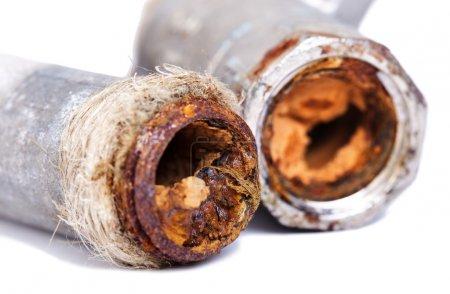 Photo pour Deux tuyau de plomberie cassée presque complètement bloqué par la rouille orange vibrante. isolé sur fond blanc. - image libre de droit