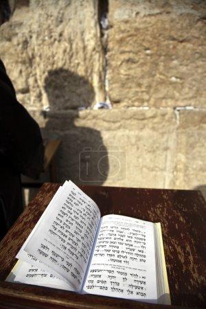 Photo pour Le Livre biblique des Psaumes s'ouvrit sur l'une des pages de la prière du matin, reposant sur une pédale  . - image libre de droit