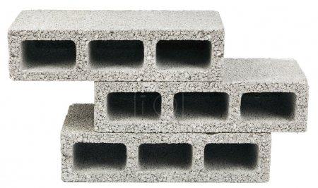Photo pour Trois blocs de construction en béton gris (alias cinder block, breeze block, cement block, foundation block, besser block, terme professionnel : Concrete Masonary Unit - CMU) dans une pile, isolé sur fond blanc . - image libre de droit