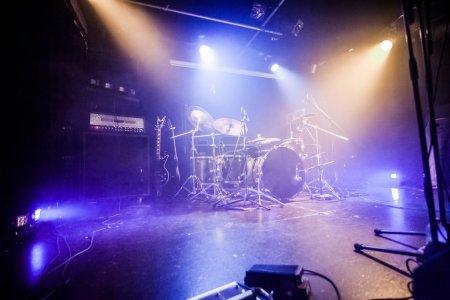 Photo pour Drumkit sur scène vide attendant les musiciens (logo enlevé ) - image libre de droit