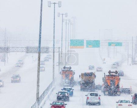 Photo pour Arbre alignée chasse-neiges enlever le swno de l'autoroute sur un froid neigeux journée d'hiver - image libre de droit