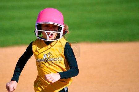 Photo pour Joueuse de softball au troisième base - image libre de droit