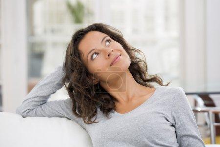 Photo pour Jolie jeune femme aux cheveux bruns souriant - image libre de droit