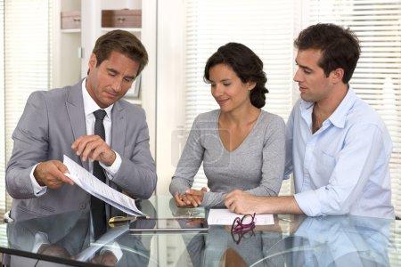 Photo pour Femme homme homme d'affaires contrat intérieure - image libre de droit