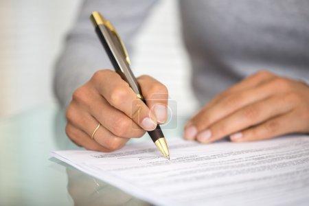 Photo pour Femme d'affaires femmes doigts mains papier stylo - image libre de droit