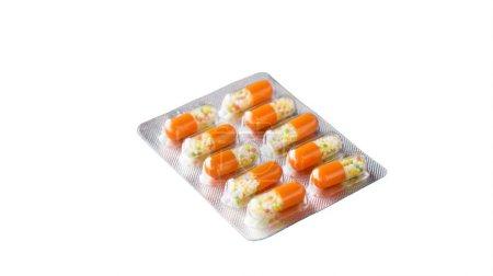 Photo pour Pilules dans le pack sur fond blanc - image libre de droit