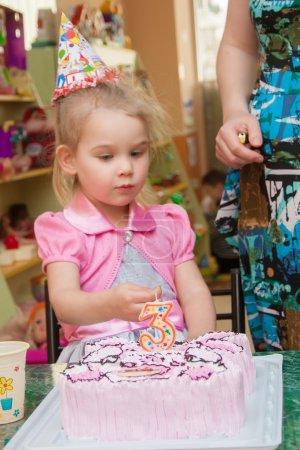 Photo pour Petite fille avec sa mère avec un gâteau d'anniversaire sur sa fête d'anniversaire - image libre de droit