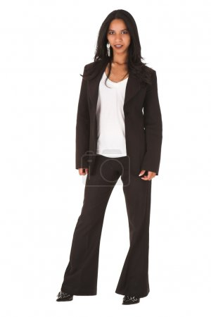 Photo pour Jeune femme d'affaires afro-indienne adulte en tenue de bureau décontractée avec pantalon noir et talons hauts avec une veste sombre sur fond blanc - image libre de droit