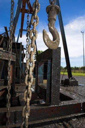 Photo pour Moteur de treuil de levage industriel avec chaîne de levage et poutre - image libre de droit