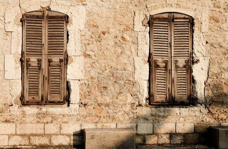 Photo pour Volets de fenêtre d'un ancien bâtiment à Antibes, France. Sépia. Espace de copie . - image libre de droit