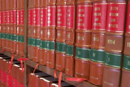 Photo pour Bibliothèque juridique dans une bibliothèque en bois - Rapports sur le droit sud-africain - image libre de droit