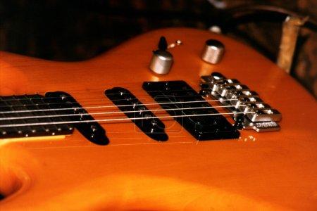 Photo pour Gros plan de guitare basse - image libre de droit