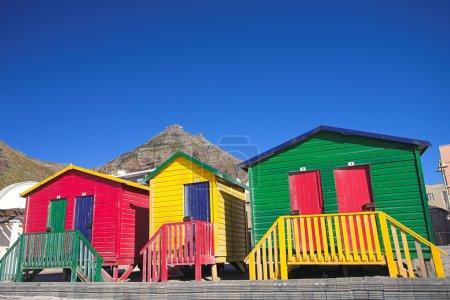Photo pour Vestiaires multicolores sur la plage à Surfers Corner, Muizenberg, Afrique du Sud - image libre de droit