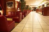 Das Innere eines Hotels mit gefliesten Böden und Leder Sofas in Paris, Frankreich