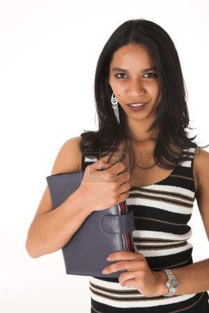 Photo pour Jeune femme d'affaires afro-indienne adulte en tenue de bureau décontractée avec un carnet de jour, portant un haut rayé sur fond blanc. Non isolée - image libre de droit