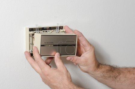 Photo pour Couvrent les mains enlever et plus vieux style thermostat. - image libre de droit
