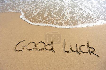 Photo pour Lever de soleil, plage et signe sur le sable bonne chance - image libre de droit