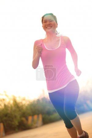 Photo pour Athlète coureur sur route. fitness femme jogging concept de bien-être d'entraînement - image libre de droit