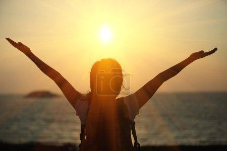 Photo pour Acclamations randonnée femme profiter de la vue magnifique au sommet de la montagne - image libre de droit