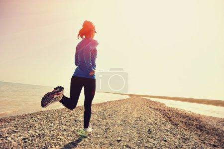Photo pour Fitness femme courir sur le bord de la mer - image libre de droit