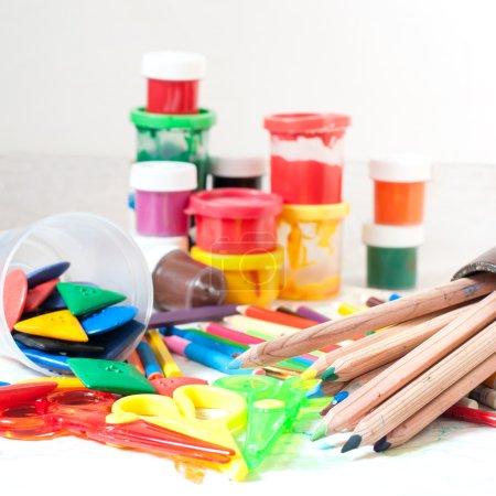 Photo pour Crayons de couleur et d'autres outils pour le dessin sur table - image libre de droit