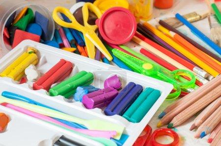 Photo pour Fond avec la pâte à modeler, crayons de couleur et d'autres outils de dessin et de création - image libre de droit