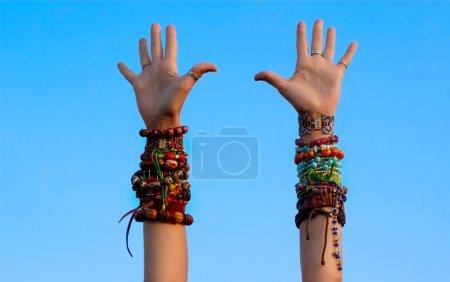 Foto de Levantó sus manos con un montón de pulseras - Imagen libre de derechos