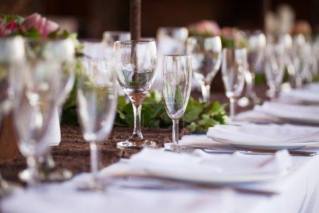 Foto de Decoración de la boda, copas de vino y las flautas de champán en mesa. enfoque selectivo - Imagen libre de derechos