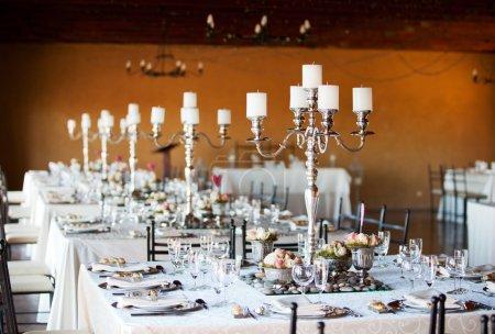 Photo pour Salle de réception de mariage avec tables décorées, foyer sélectif - image libre de droit