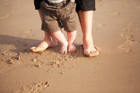 Photo pour Mère et bébé marche sur le sable de la plage - image libre de droit