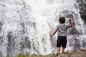 Chlapec u vodopádu