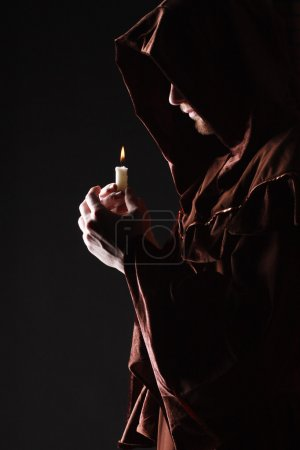 Photo pour Mystérieux moine catholique. plan studio - image libre de droit