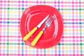 Prázdný talíř, vidlička a nůž