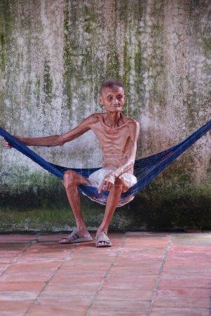 Photo pour Homme âgé malade et solitaire - image libre de droit