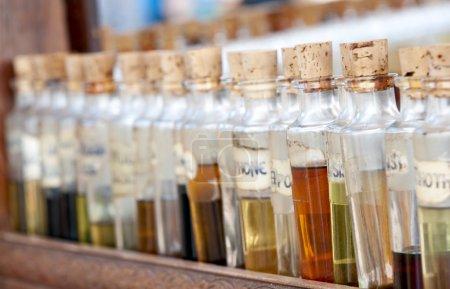 Photo pour Bouteilles avec des huiles de base, essentiel et fragances alignement dans une rue commerçante. utilisation de la mise au point sélective - image libre de droit