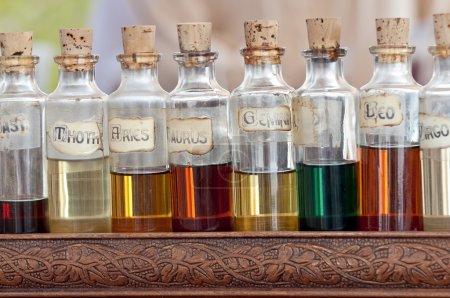 Photo pour Bouteilles avec des huiles de base, essentiel et fragances alignement dans une rue commerçante. - image libre de droit