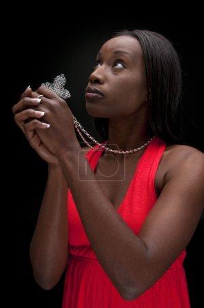 Photo pour Jeune femme afro-américaine priant avec foi et espérance . - image libre de droit