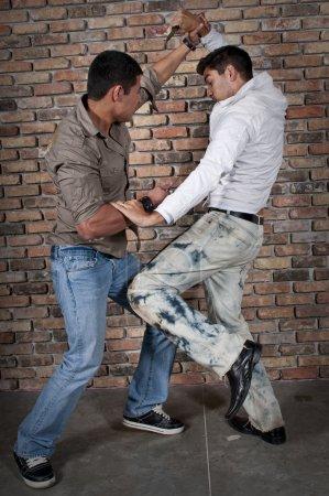 Photo pour Jeunes mecs dans la rue avec les couteaux. - image libre de droit