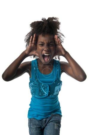 Photo pour Petite afro américaine criant très fort et effrayée . - image libre de droit