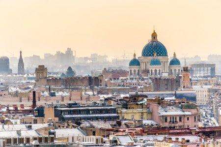 Photo pour Vue aérienne de Saint-Pétersbourg depuis le dôme de la cathédrale Saint-Isaac et vue de la cathédrale Trinity - image libre de droit