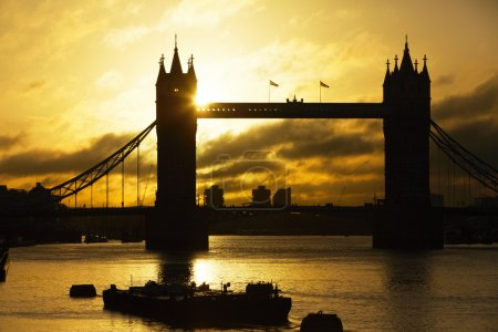 Photo pour Pont de tour de silhouette au lever du soleil, Londres, Royaume-Uni - image libre de droit