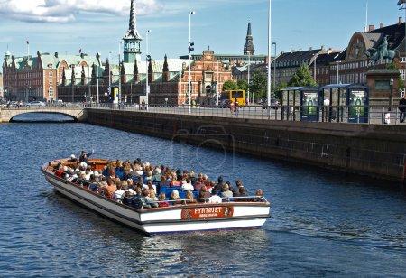 Photo pour COPENHAGUE - 12 JUILLET : Environ 70 touristes inconnus visitent le Vieux Canal de Copenhague, au Danemark, le 12 juillet 2008. Une visite guidée de 60 minutes coûte 10 USD pour les adultes et 7 USD pour les enfants âgés de 3 à 11 ans . - image libre de droit