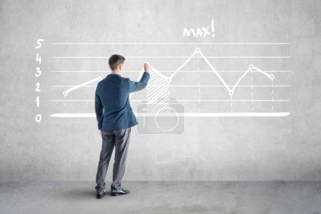 Photo pour Homme d'affaires dessiner graphique de croissance et flèche sur le mur . - image libre de droit