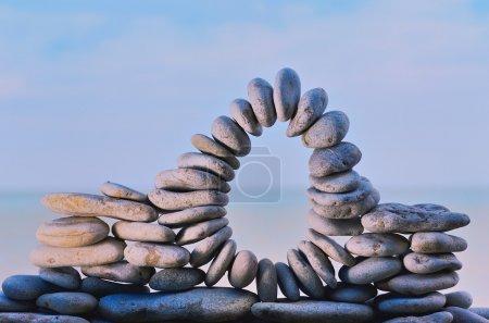 Photo pour Arc de pierres entre les cailloux sur la côte - image libre de droit