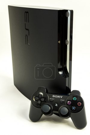 Foto de PlayStation 3 con gamepad, aislado en blanco. - Imagen libre de derechos