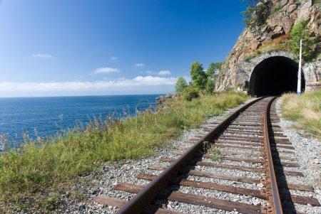 Photo pour L'ancien chemin de fer transsibérien sur les rives du lac Baïkal - Russie - image libre de droit