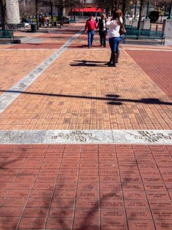 Photo pour Atlanta, Ga, é.-u., 5 mars 2014 - briques gravées avec des messages courts de donateurs au Centennial Olympic Park mouillée sous les pavés le 5 mars 2014 à Atlanta, GA. 800 000 ces briques sont utilisées dans ce trottoir - image libre de droit