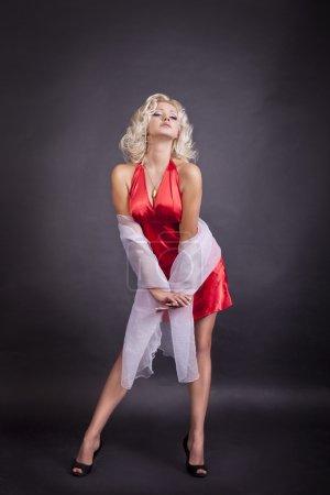 красивая блондинка женщина в красном
