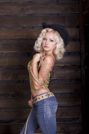 Сексуальная блондинка женщина в ковбойской